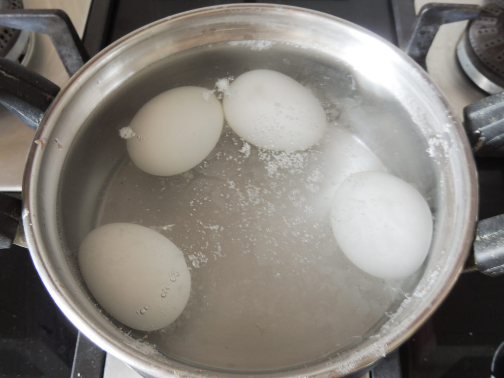 Leave the lid closed for 10 minutes. So that the egg settles well.