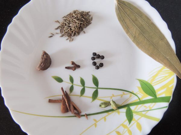 Take the spices given above. Such as green cardamom, big cardamom, bay leaf, black pepper, cloves, cumin, cinnamon.