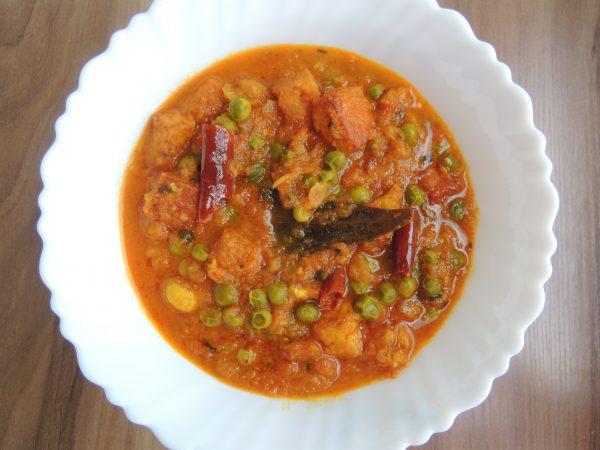 Now this yummy hotel vali paneer matar sabji / Cheese peas curry is ready.