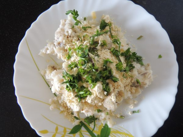 Now add one and a half teaspoon gram flour, finely chopped coriander, a pinch of asafoetida to the mashed banana and add a little salt too. Besan is not to be added too much, otherwise only gram flour will appear in banana koftas.