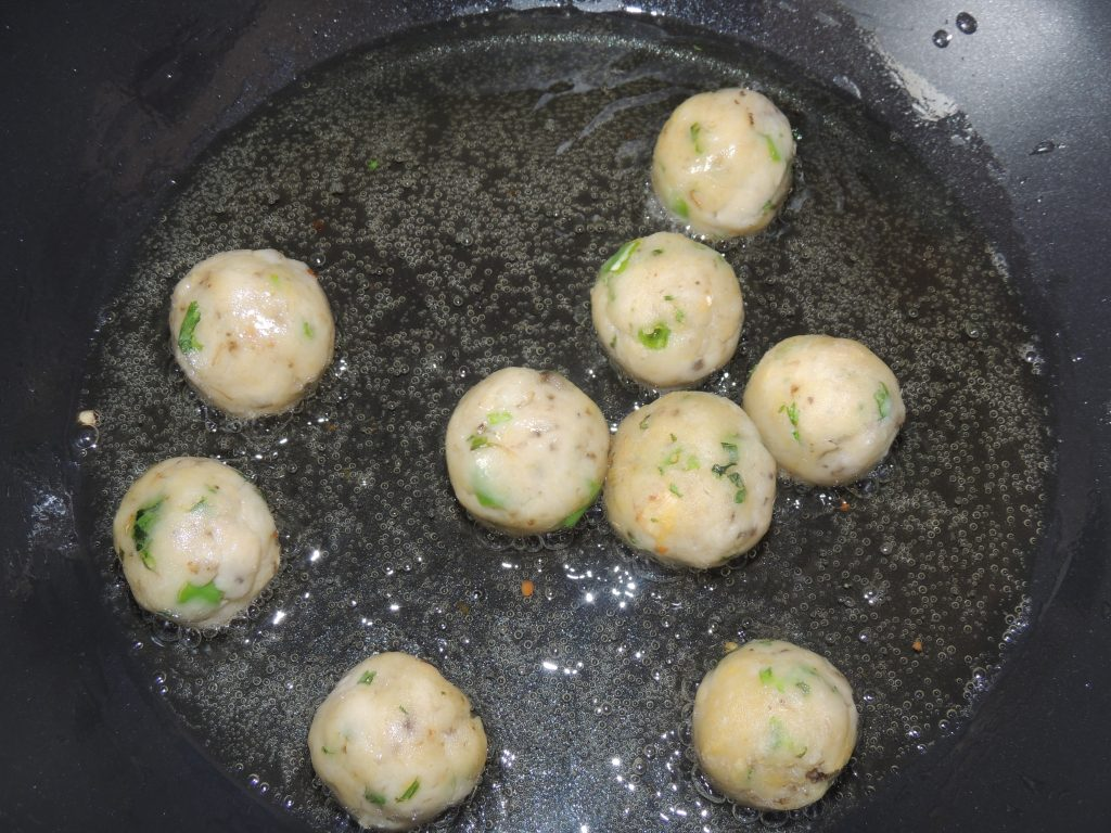 Keep driving the balls with a spoon and changing their sides so that the balls do not burn.