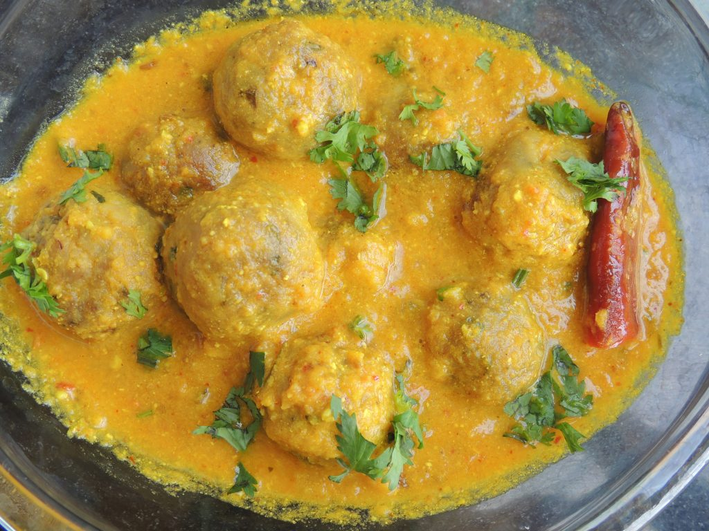 Delicious koftas are ready. You can eat koftas with pulav or with roti or with paratha or puri. These are very easy and tasty koftas. Please make these koftas at home and also provide feedback in the comment box.