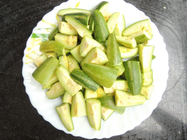 First rinse the pointed gourd / parwal with water. And cut one pointed gourd into 4 pieces.