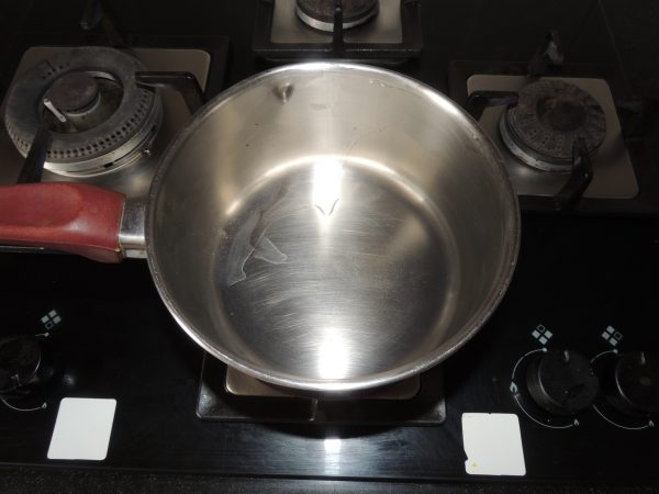 First take empty fry pan, put on the gas.