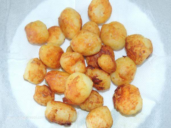 Fry the potatoes till they turn light brown. Now take out the potatoes in a plate and keep them aside.