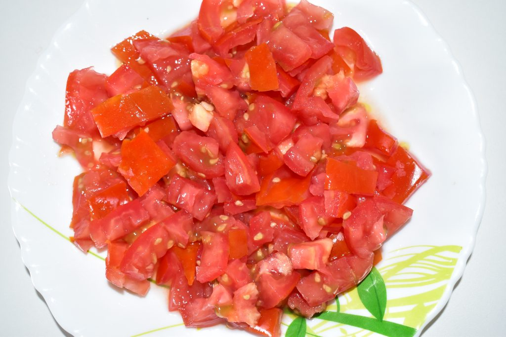 Chop a tomato into small pieces