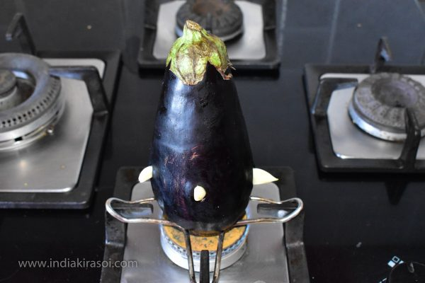 Now place the brinjals on an iron plate.