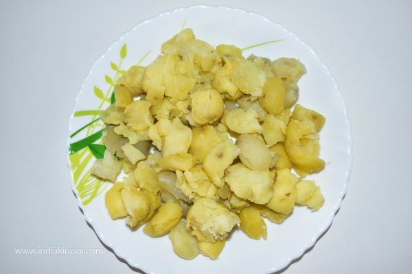 To make curd potatoes, first take potatoes. Put 4 light cuts in the potato, it will be easy to peel after boiling the potato. Now put the potatoes in the cooker and add water and add a little salt as well. Turn off the cooker and put it on the gas and put 2 whistles in the cooker. When the pressure in the cooker is gone, then peel the potato peel. And break the potatoes lightly by hand.
