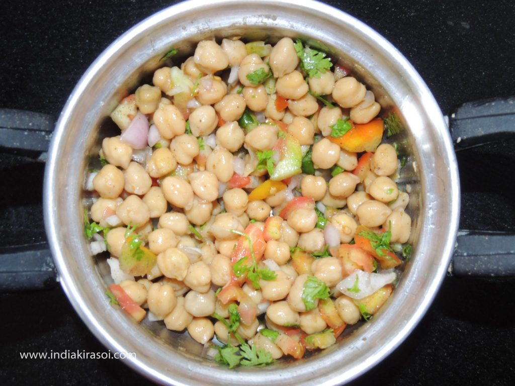 After this, add salt, half a teaspoon of chaat masala and also add 2 teaspoons lemon juice to the chickpeas.