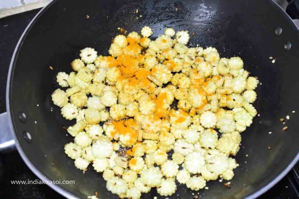 Add 1/2 teaspoon turmeric to baby corn.