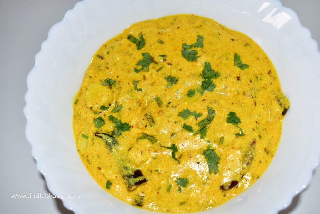 Serve curd arbi / dahi arbi / dahi ghuiya with roti / chapati and rice.