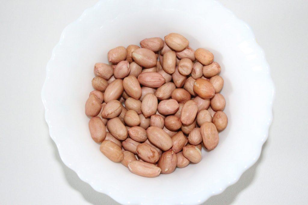 Take 1 cup raw peanuts.