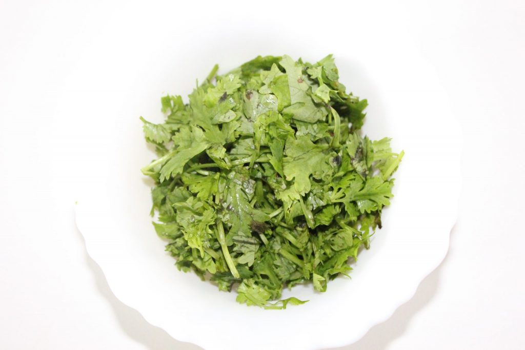 Take 10 tablespoons chopped coriander leaves.