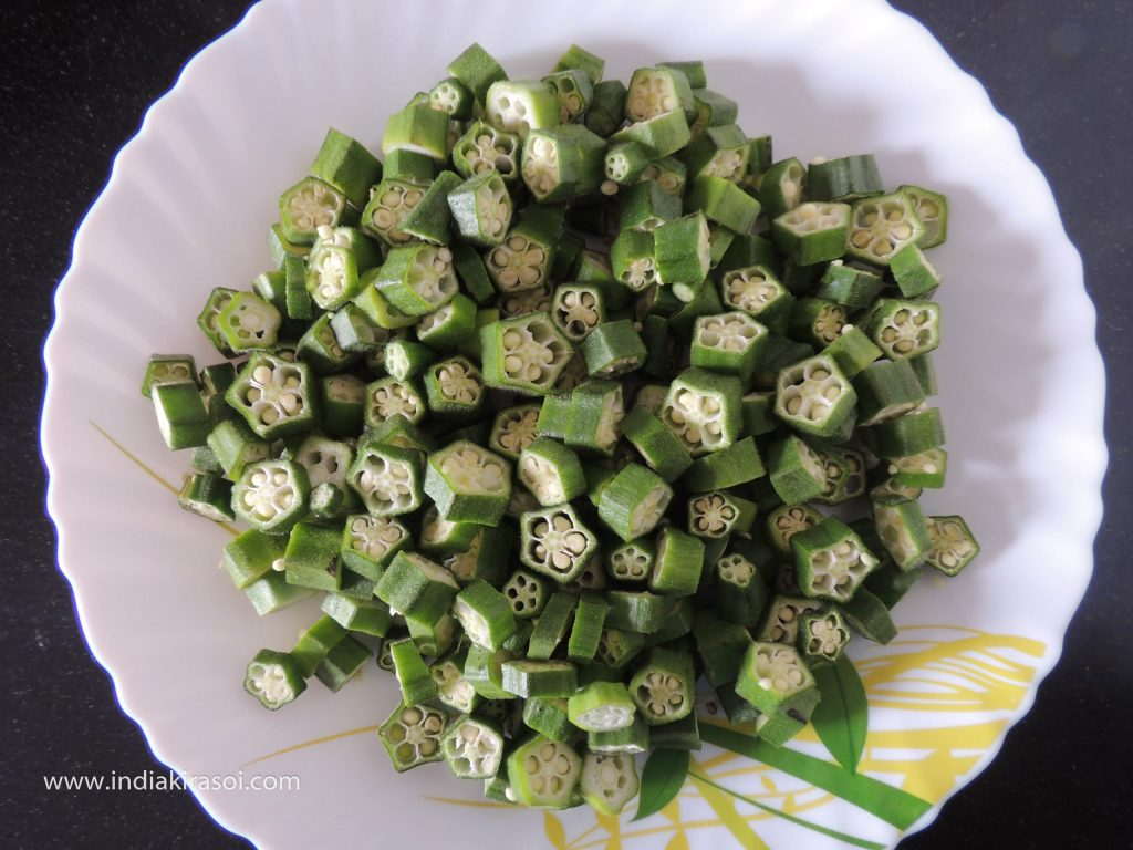 To make Aloo Bhendi ki Sabzi, take 250 grams okra. Rinse the lady finger thoroughly and wipe it with a clean cloth. Cut okra into small pieces. Do not cut too small, cut it according to the image below.