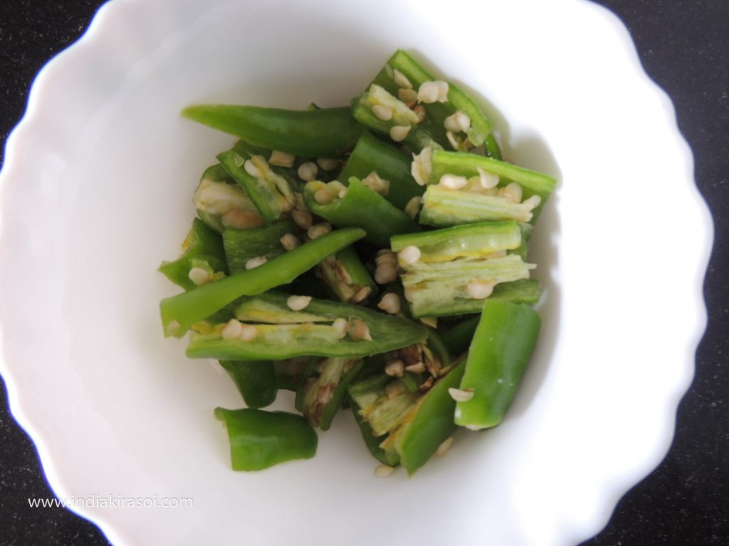 Take 2 green chilies, cut them, that is, grind 4 to 6 pieces of green chilies.
