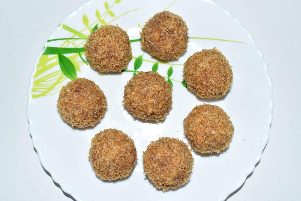 Roasted Coconut Laddu / Roasted Nariyal Ka Laddu