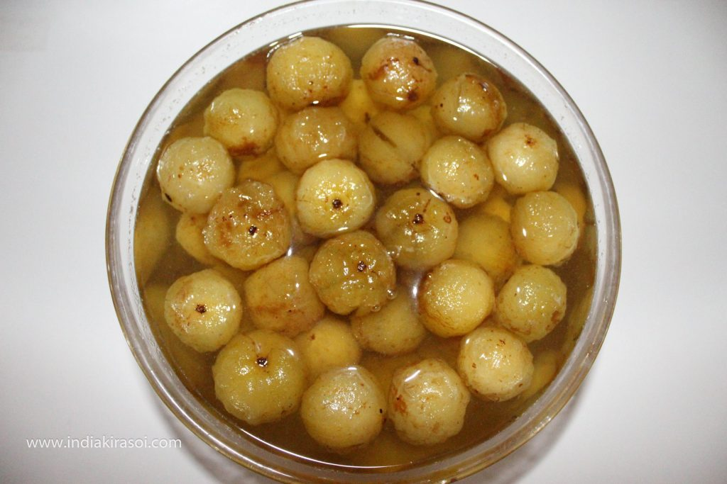 Cover the plate with a pot or pan and let the gooseberry soak in the syrup for at least 2 days.