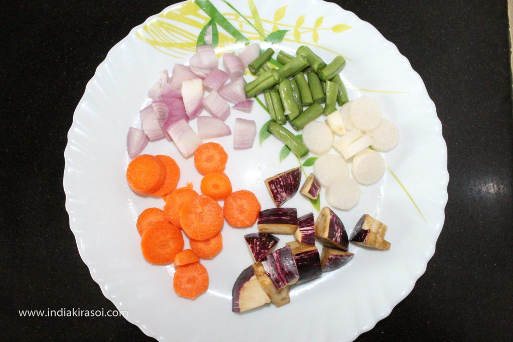 If you want, you can have more seasonal vegetables according to you, such as ladyfingers, drumsticks, potatoes, pumpkin, cauliflower. You can add whatever vegetable you have. You can change the number and weight of vegetables as per your likings. Cut all the vegetables.