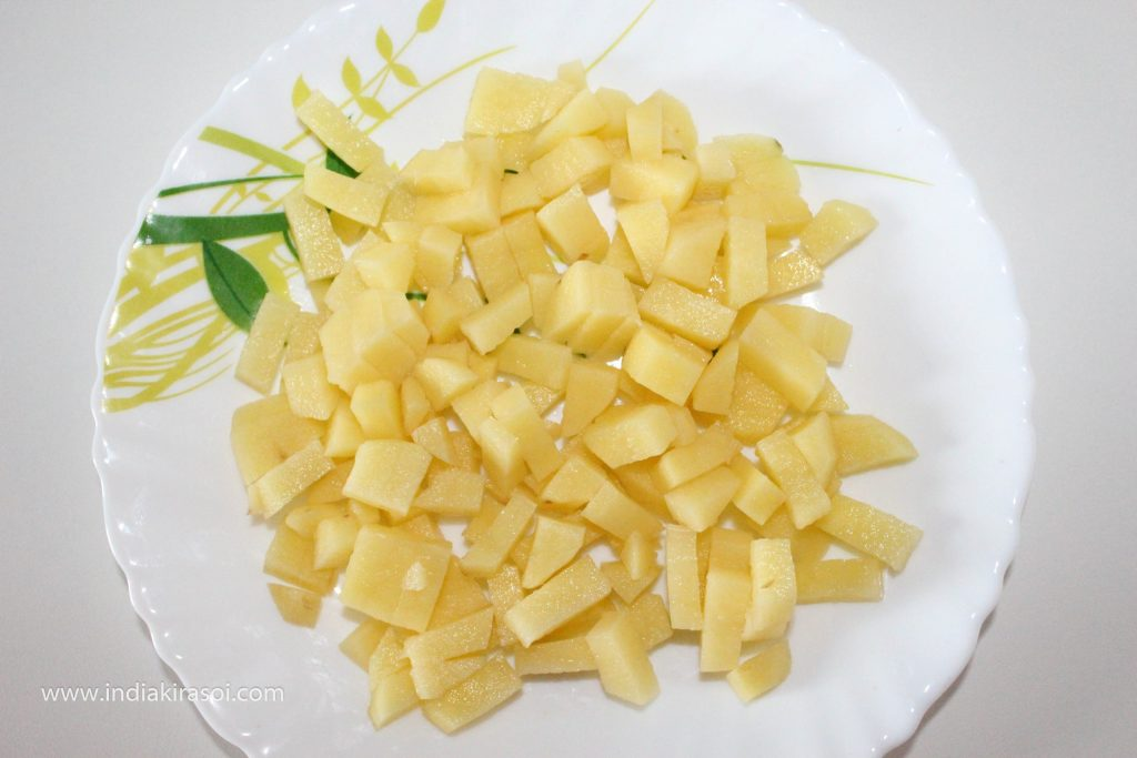Now peel off 2 medium-sized potatoes, then wash the potatoes and cut them into small pieces.