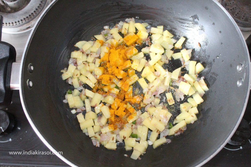 Mix potatoes with a spoon and add half a teaspoon turmeric powder and a little salt.