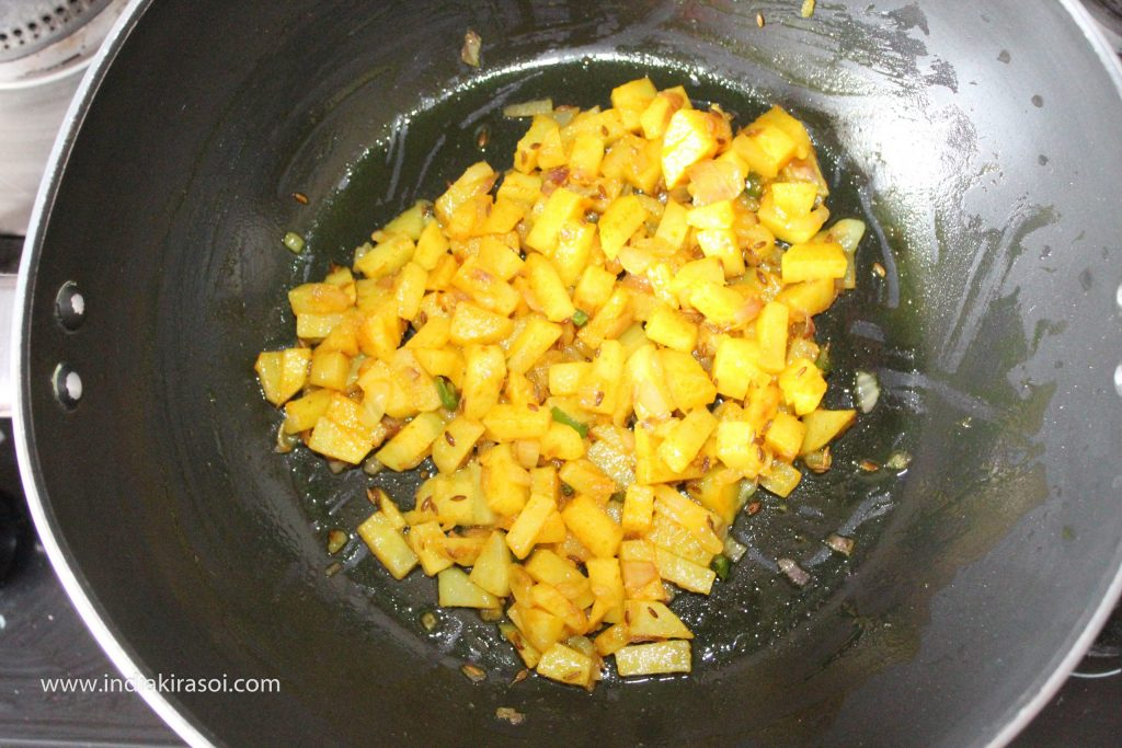 Mix turmeric and salt well with potatoes.