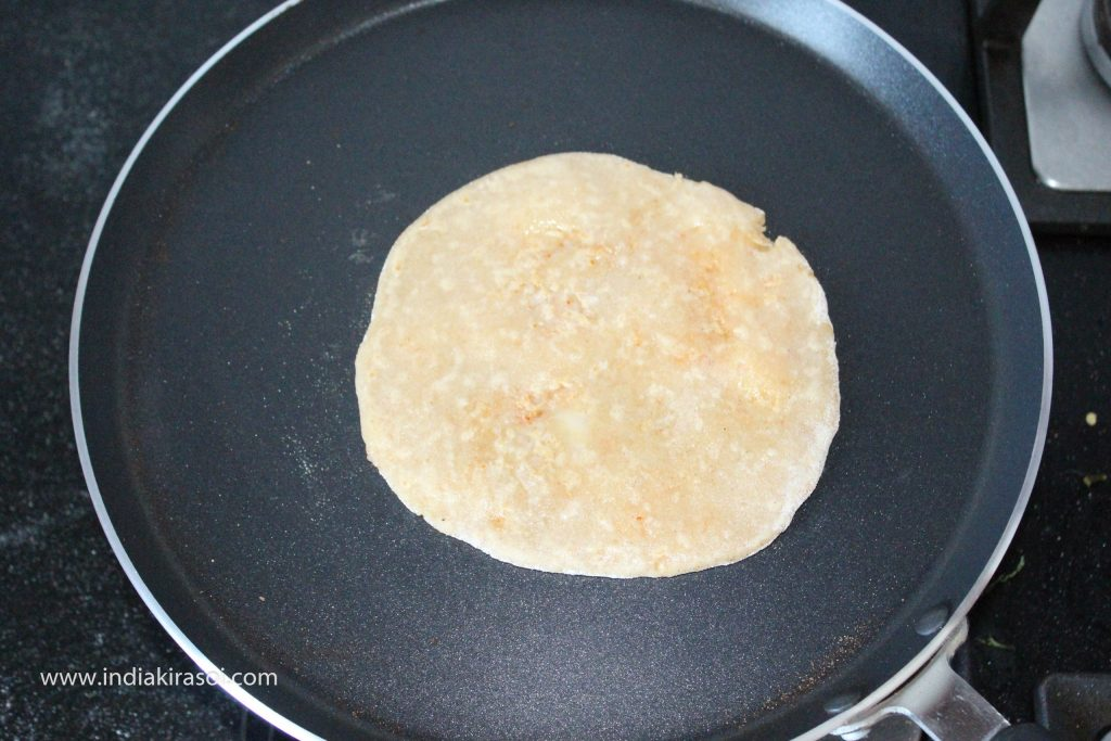 Now spread a spoon of oil or desi ghee on the paratha and spread it on the paratha, you can also use butter if you want.