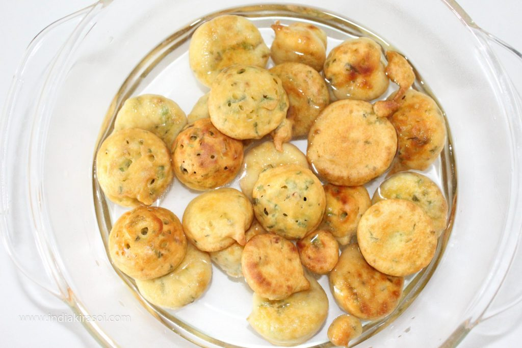 Similarly, make all the gram flour dumplings and put them in a bowl of water.