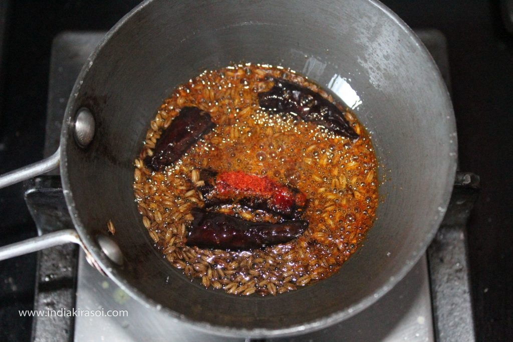 Now turn off the gas, immediately after that add a pinch of asafoetida and after that add half a teaspoon of red chili powder. Remember to turn off the gas before adding red chili powder. Otherwise, red chili powder will burn.