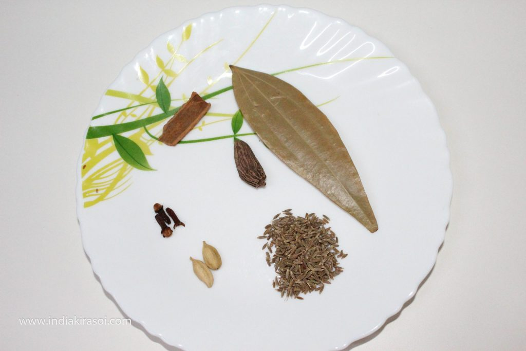After this, take 2 to 3 cloves, large cardamom, 2 to 3 green cardamom, a small spoon of cumin, a curry leaf and a piece of cinnamon about 1 inch to put it in the dal makhani.