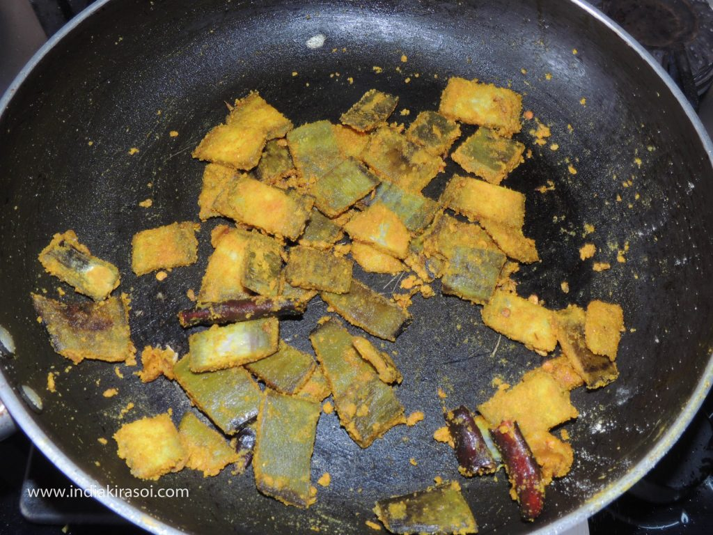 Mix the gram flour in the banana peels.