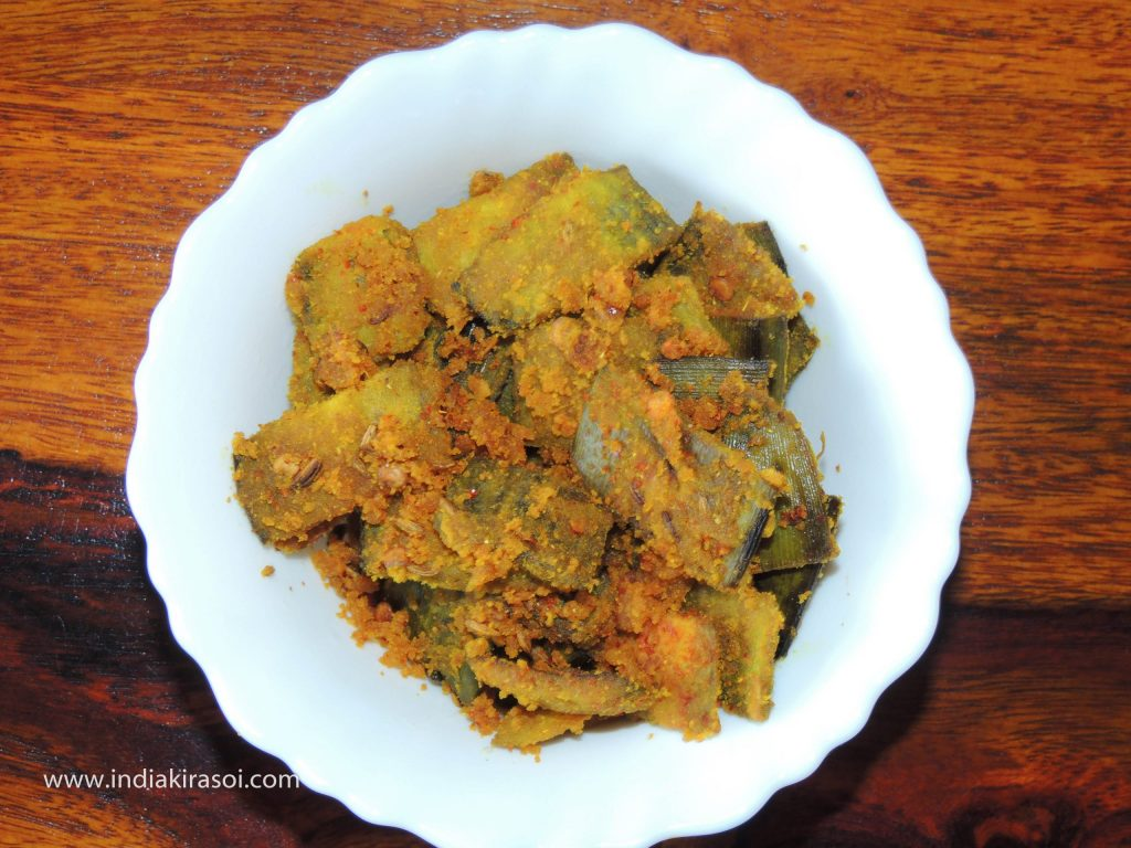 Place the gram flour banana peel dry crispy recipe/ besan kele ke chhilke ki sookhi kurkuri sabji into the bowl.