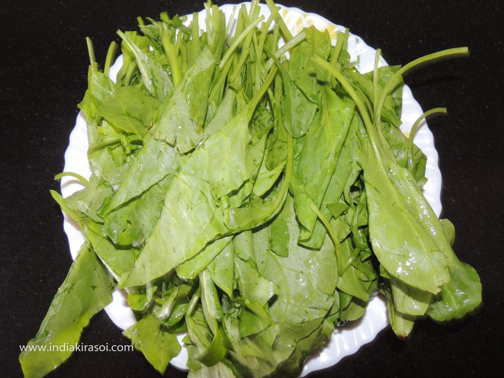 Take 300 grams of spinach to make dry spinach potato vegetable.