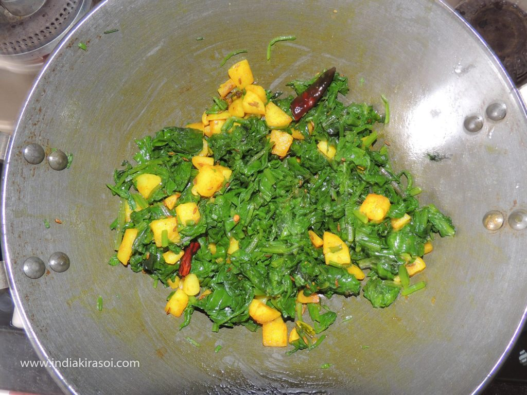 When potatoes are cooked, add chopped spinach to the potatoes.