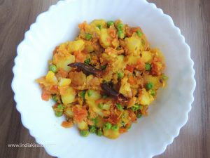 Sprinkle chopped coriander leaves on the boiled potato tomato pea dry recipe/ uble aloo matar tamatar ki sookhi sabji and serve.