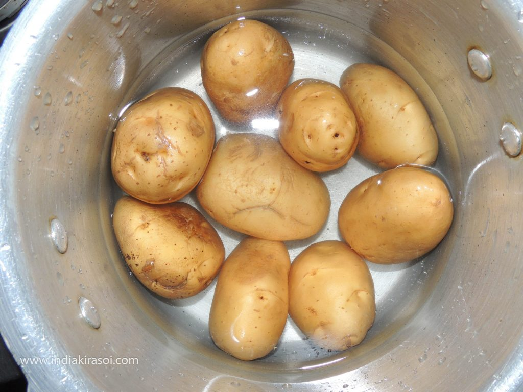 Put the potatoes in the pressure cooker and pour water, the water level should be one inch above the potato.