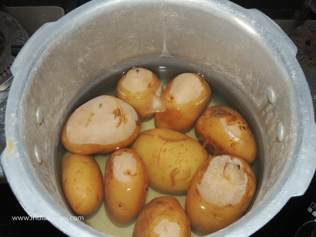 When the pressure in the cooker comes out, then peel the potato.