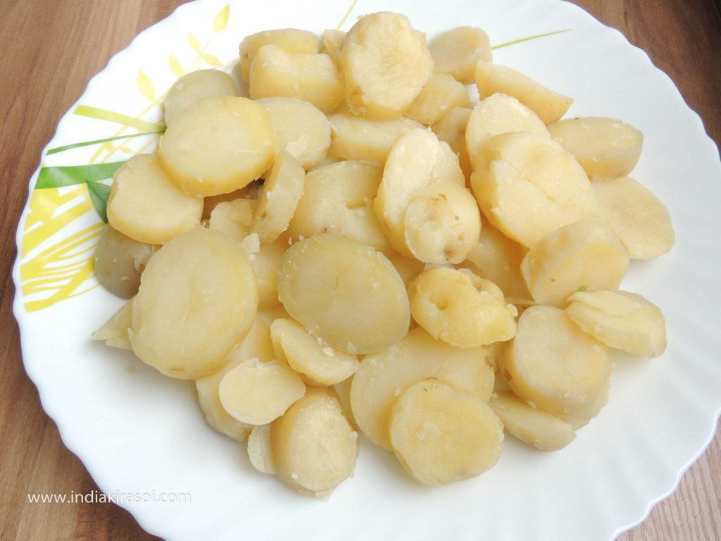 Cut the potatoes into round slices.
