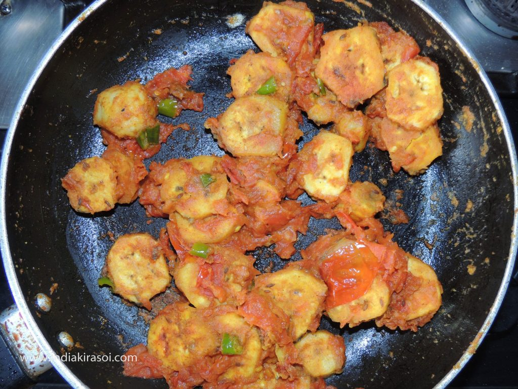 After this, take out the gram flour raw banana tomato dry recipe/ besan kachcha kela tamatar ki sookhi sabji in a bowl.