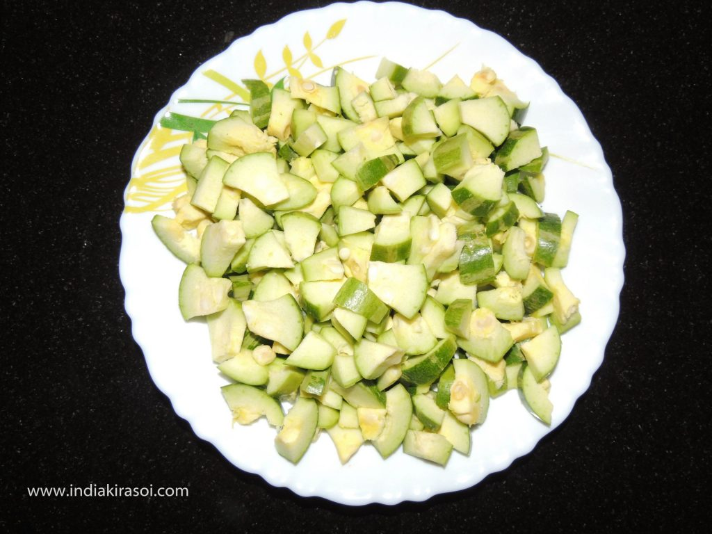 Wash the pointed gourd/parwal, cut the pointed gourd/parwal. Cut a pointed gourd/parwal into 12 to 15 pieces.