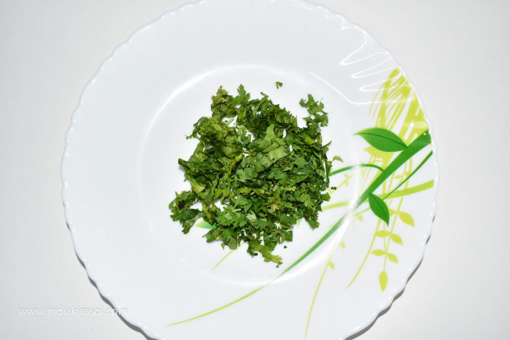 Finely chop 3 tsp green coriander leaves.