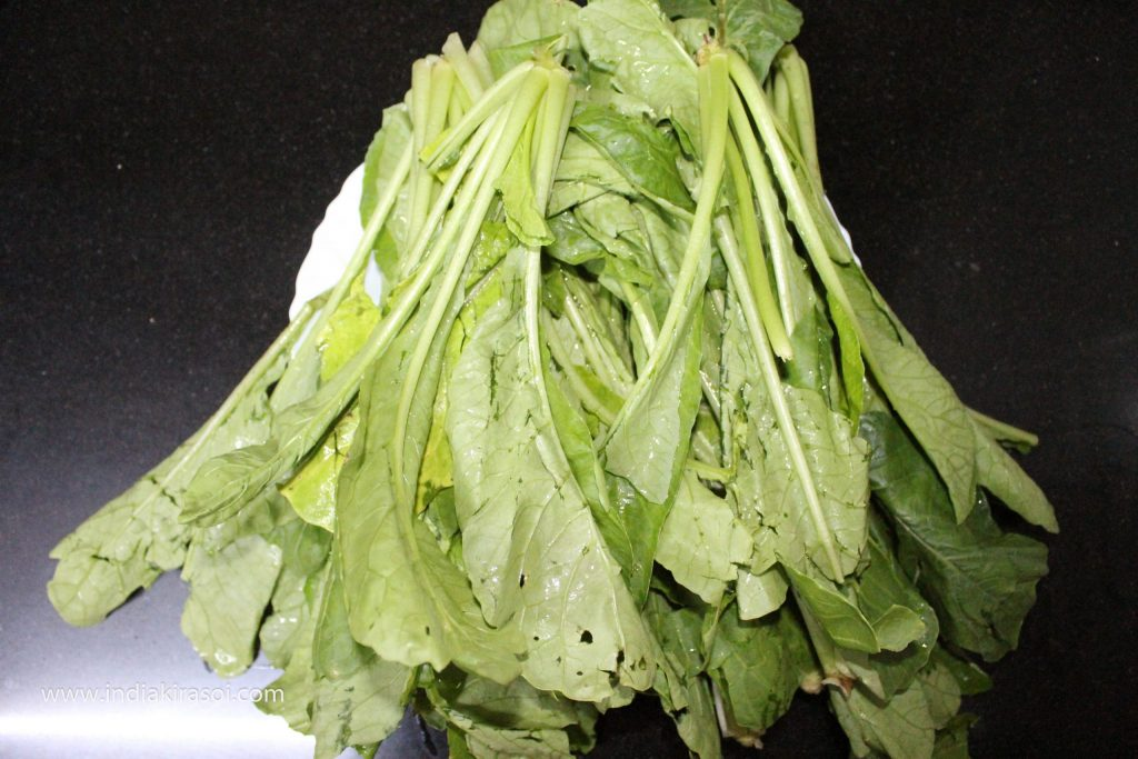 To make vegetable of potato radish leaves, take about 400 grams of radish leaves. You can take the quantity of radish leaves according to your own.