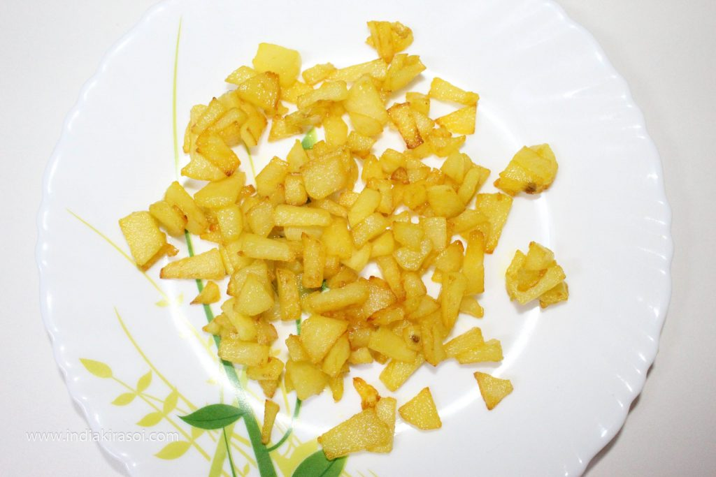 When the potatoes are fried, take them out on a separate plate.