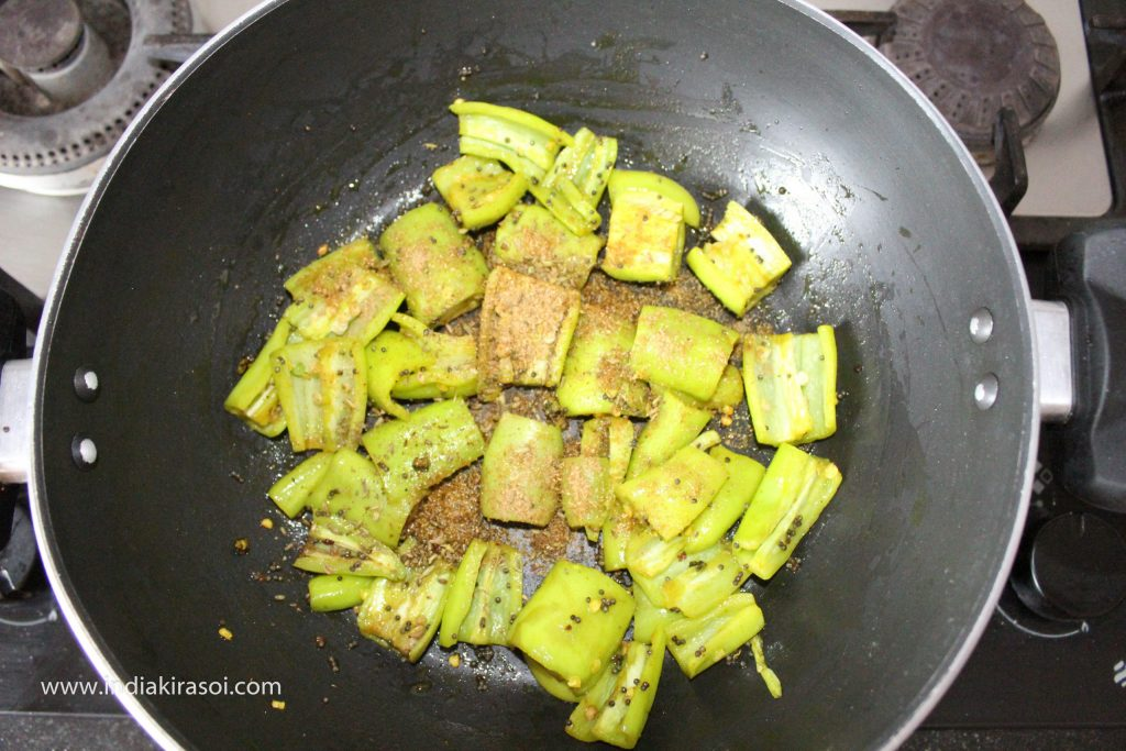 After this, add coarse fennel powder in the pan.