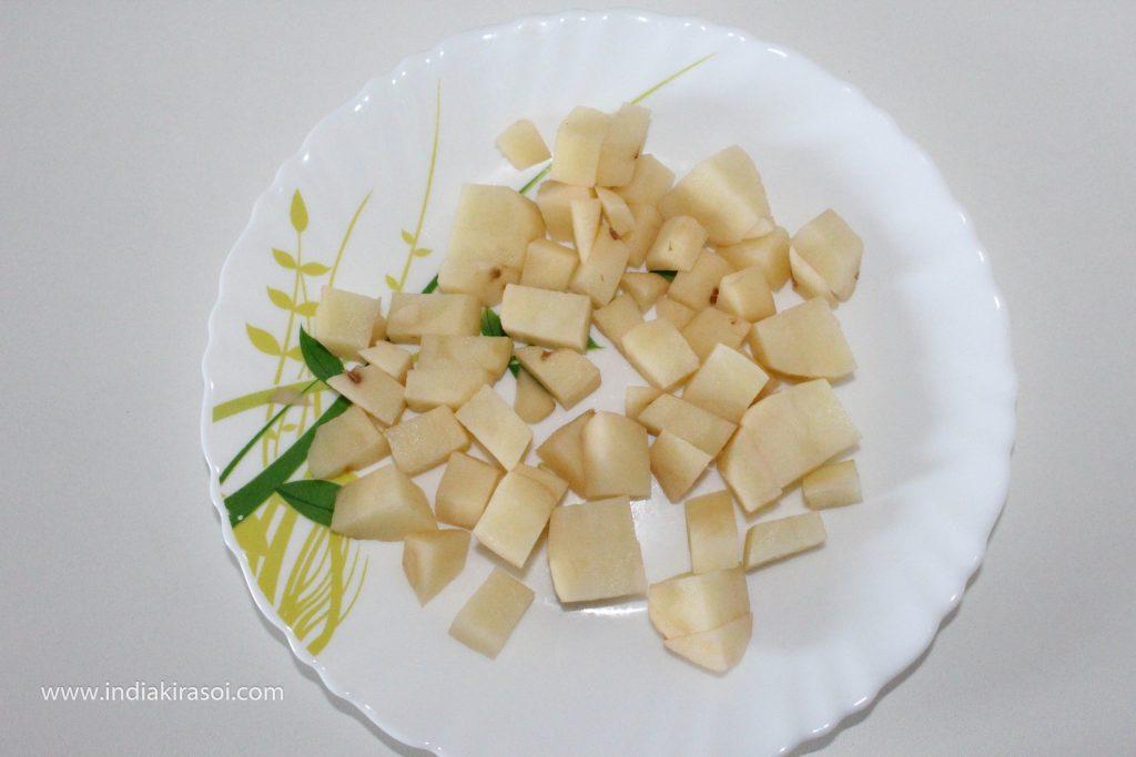 Take a big potato, peel the potatoes and wash the potatoes, after this cut the potatoes finely, do not cut the potatoes too finely.