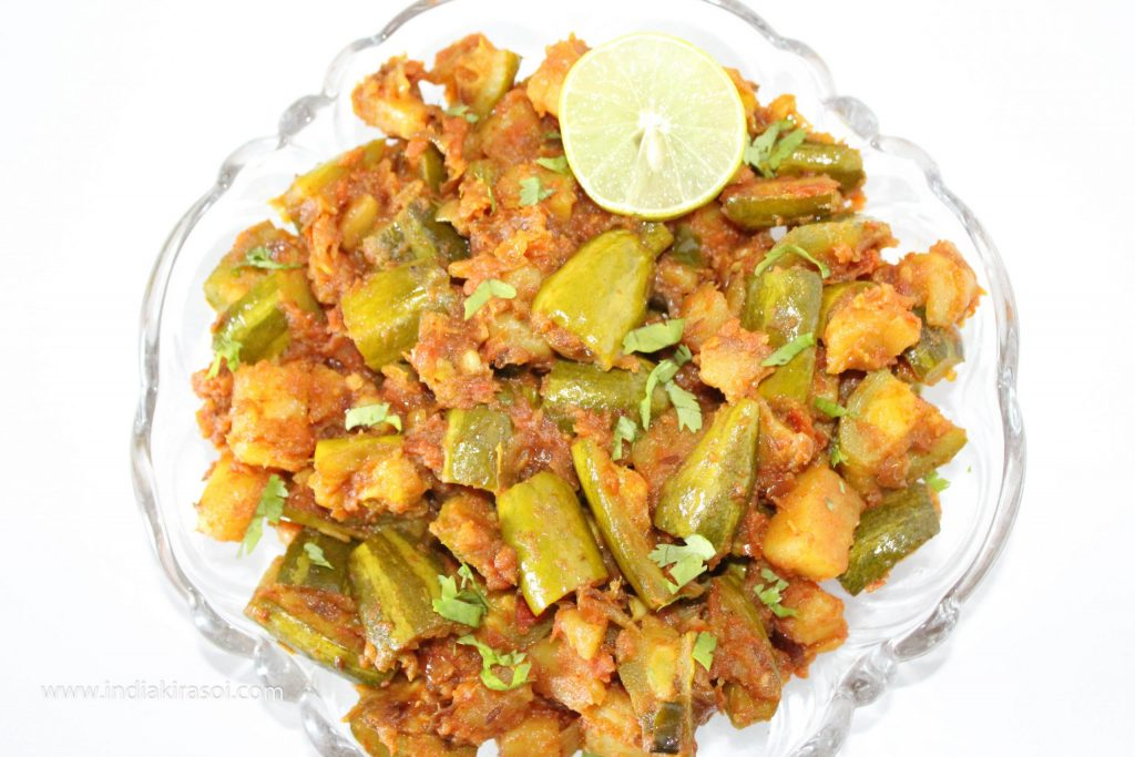 Pointed gourd/Parwal potatoes can also be eaten with tomato dry vegetables with dal, rice or roti, paratha or puri.