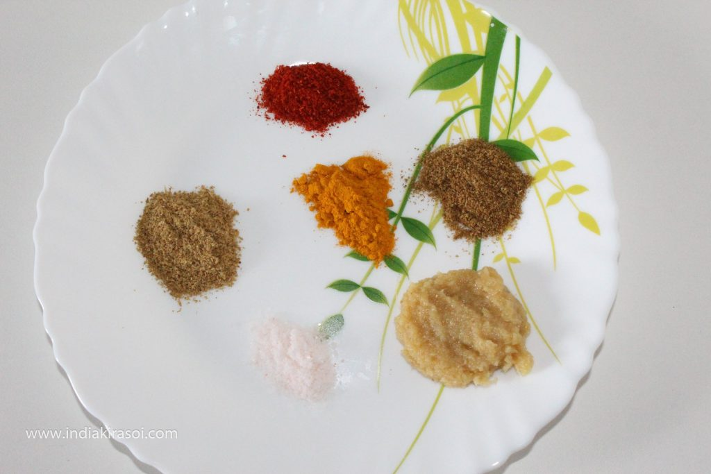 After this, take half a teaspoon coriander powder, 1/4 teaspoon red chili powder, half teaspoon garam masala powder, half teaspoon turmeric powder, half teaspoon salt, 3/4 teaspoon ginger garlic paste for egg spice.