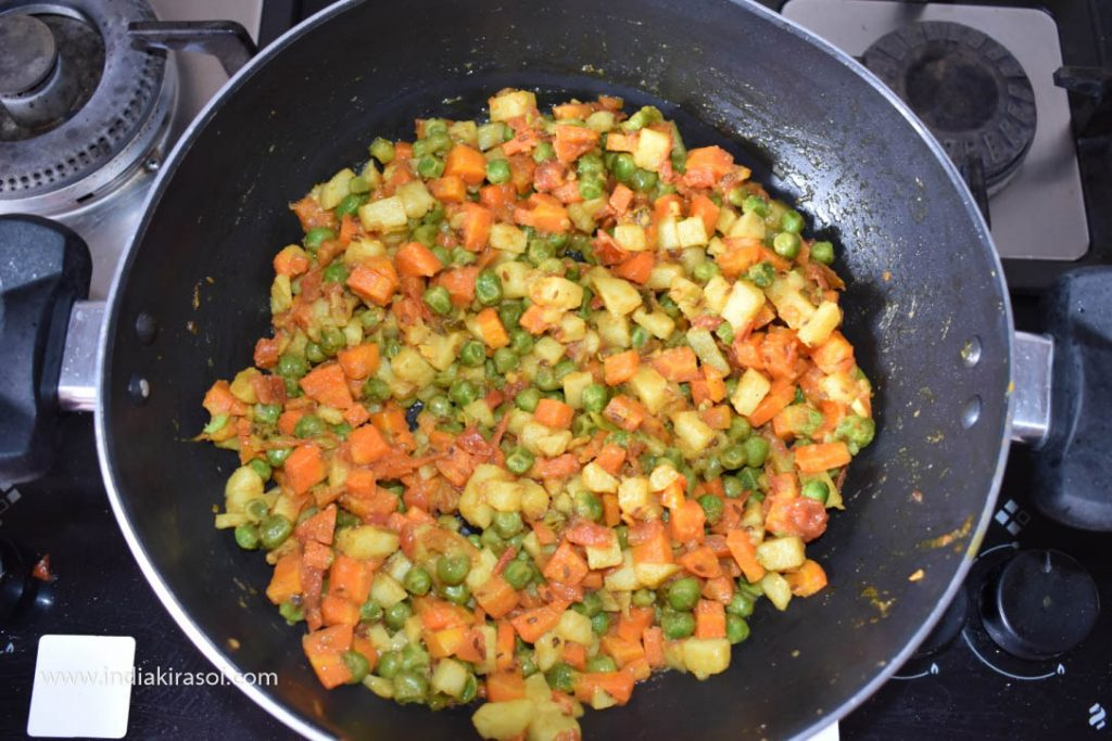 After this, mix all the spices well in the vegetable.