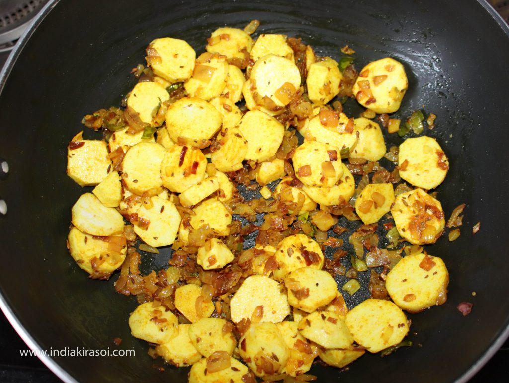 After this, add salt in colocasia / arbi or ghuiyan and mix salt well in colocasia / arbi or ghuiyan.