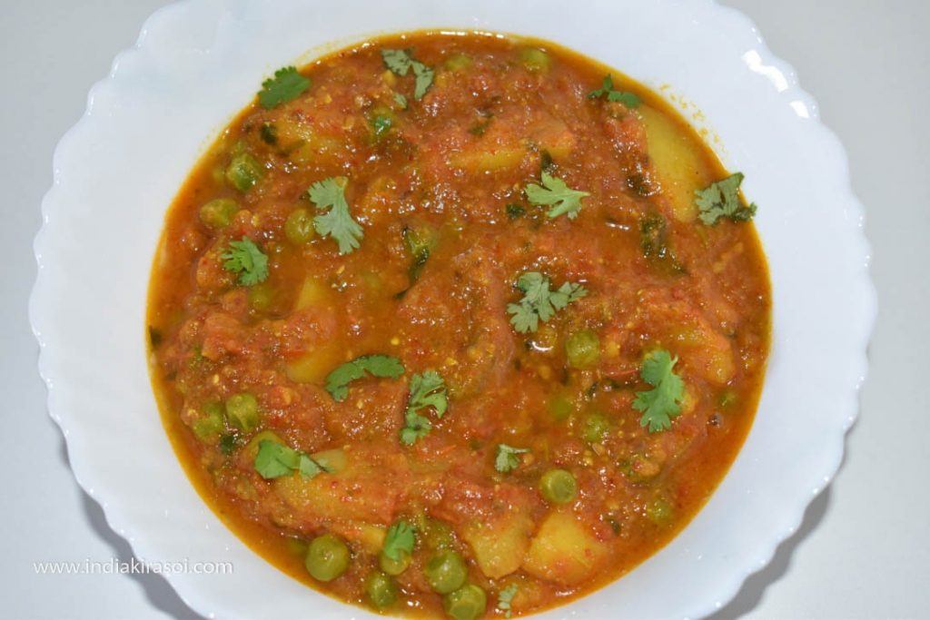Transfer potato tomato peas curry recipe in the bowl.