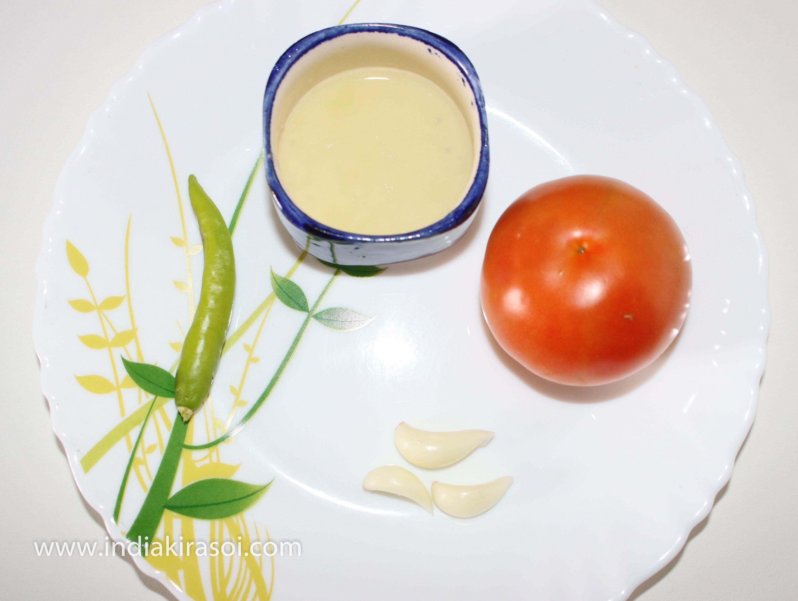 Take one medium-sized tomato, one green chili, 3 garlic cloves and 2 teaspoons lemon juice with it.
